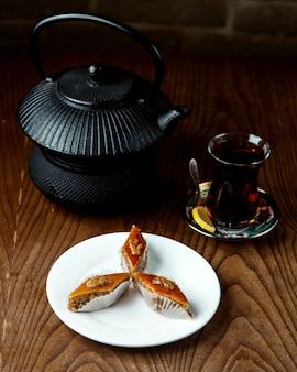 Té negro con bakhlava sobre la mesa