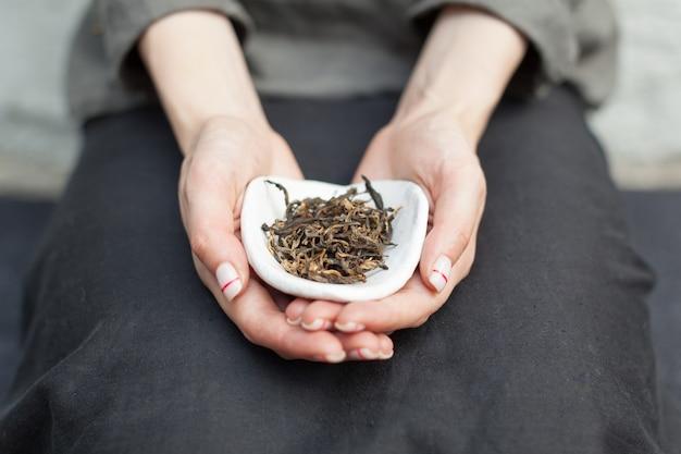 Té negro para beber té chino en las manos.