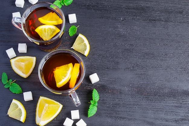 Té negro con limón y azúcar en la oscuridad.
