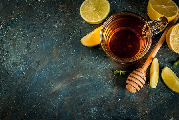 Té negro con limón y menta sobre fondo de piedra de hormigón azul oscuro