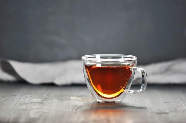 Té negro de la mañana en una taza transparente