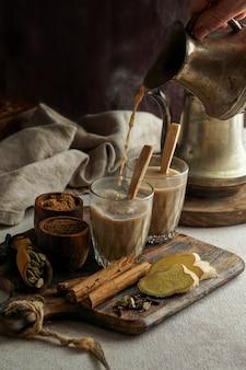 Té picante indio masala, bebida tradicional caliente y deliciosa de té