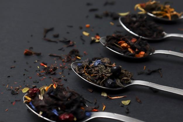 Te seco fruta roja verde, negro y hojas de hierbas son bebidas frescas secas de postre concepto de té saludable