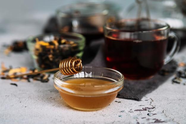 Té en tazas y deliciosa miel orgánica.