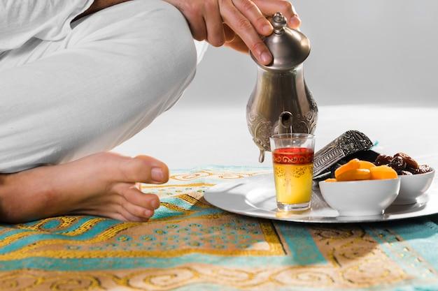 Té tradicional árabe y alfombra de oración