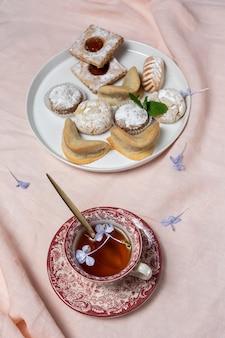 Té tradicional con menta y dulces árabes variados