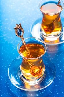 Té turco en vaso tradicional
