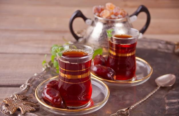 Té turco en vasos de vidrio tradicionales en la bandeja