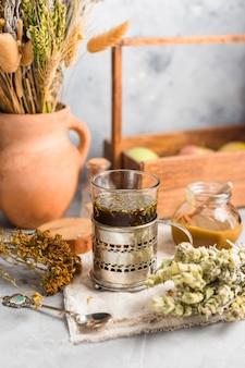 Té útil de hierbas medicinales secas, medicina alternativa.