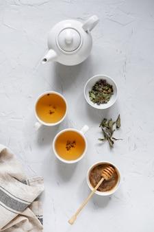 Té verde floral en mesa con tetera y servilleta