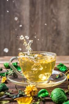 Té verde con gotas derramadas