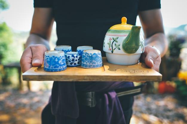 Té verde y mano de hombre