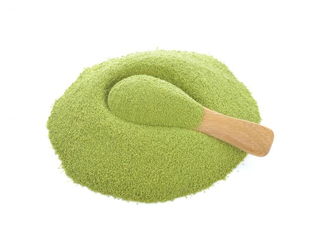 Té verde matcha aislado en blanco