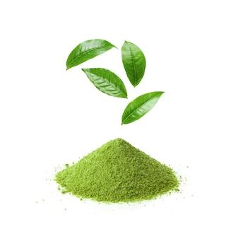 Té verde matcha instantáneo y hojas sobre fondo blanco.