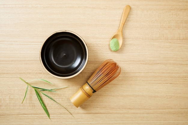 Té verde matcha sobre fondo de madera