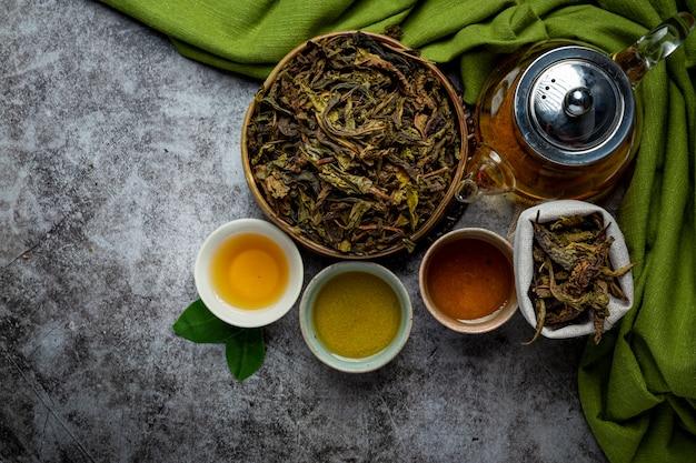 Té verde oolong en una tetera y un tazón.