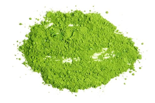Té verde en polvo sobre fondo blanco.