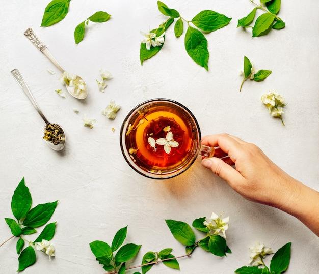 Té verde recién hecho en taza de vidrio