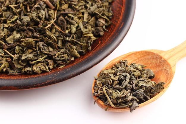 El té verde se seca en una cuchara.