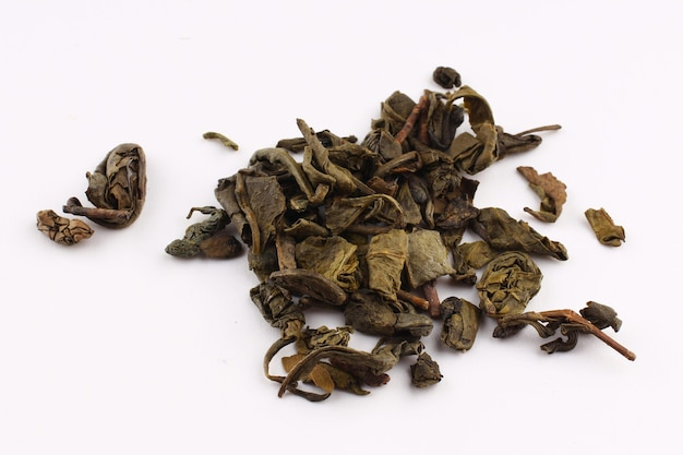 El té verde se seca sobre una superficie blanca.