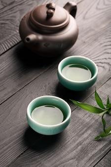 Té verde en las tazas de té