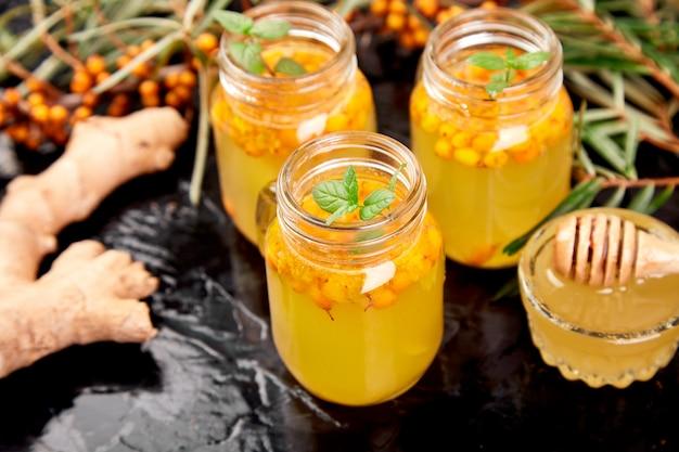 Té vitamínico saludable de espino amarillo en vasos de vidrio pequeños