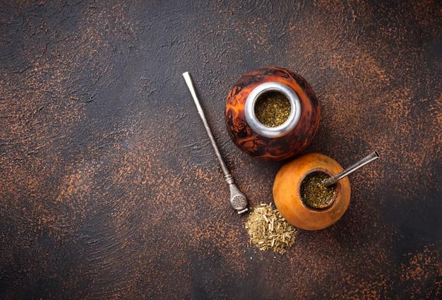 Té de yerba mate con calabaza y bombilla.