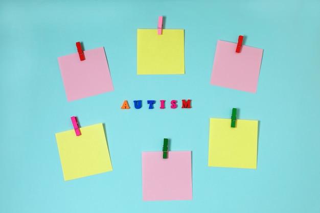 Tea, autismo concepto con pegatinas de papel sobre fondo azul