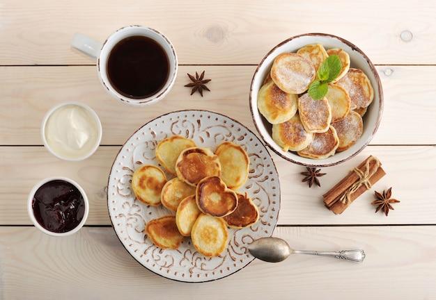 Tea party con bollos, crema y mermelada