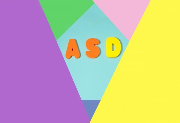 Tea trastorno del espectro autista a partir de letras de colores y colores de fondo.