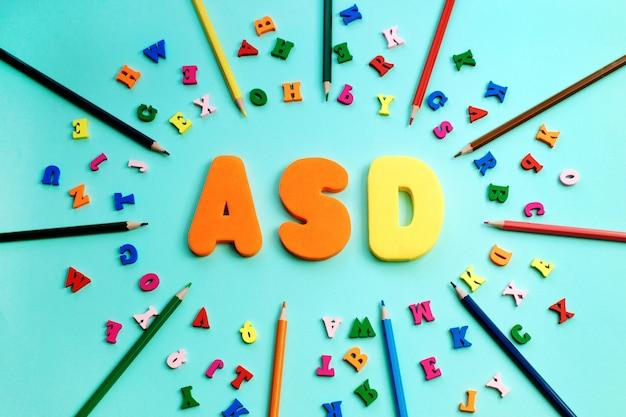 Tea, trastorno del espectro autista a partir de letras de colores y lápices de colores.