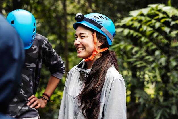 Team building al aire libre en el bosque