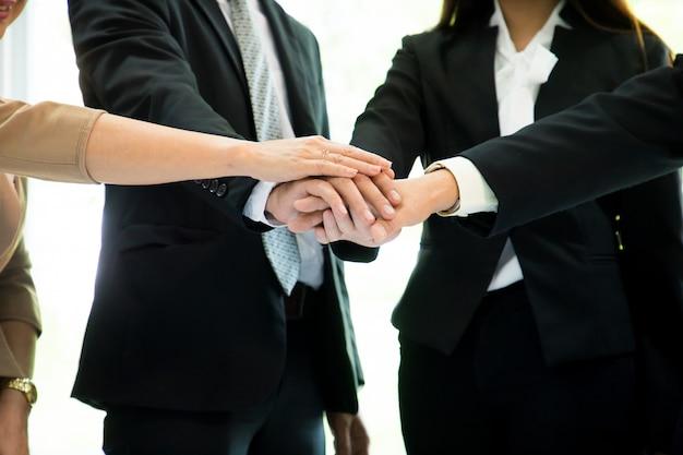 Team business partners se dan la mano para saludar. comienzan un nuevo proyecto.