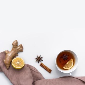 Teatime con limón y jengibre sobre tela escocesa.