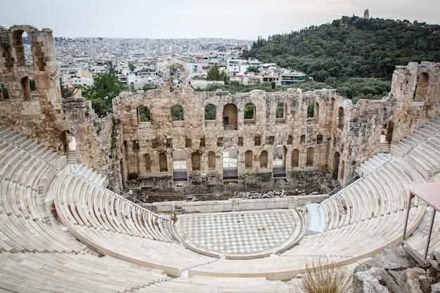 El teatro de herodion atticus bajo las ruinas de la acrópolis, atenas, grecia.