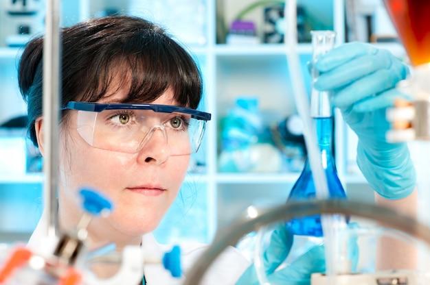 Tech femenina trabaja en laboratorio químico