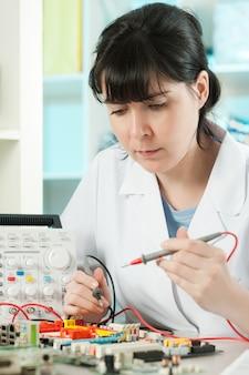 Tech repara dispositivo electrónico