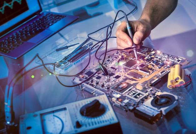 Tech repara la placa base en el centro de servicio