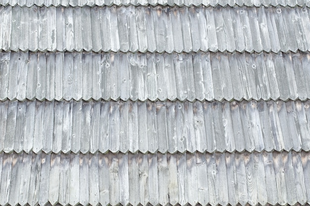 El techo antiguo está hecho de tejas de madera. textura de fondo.