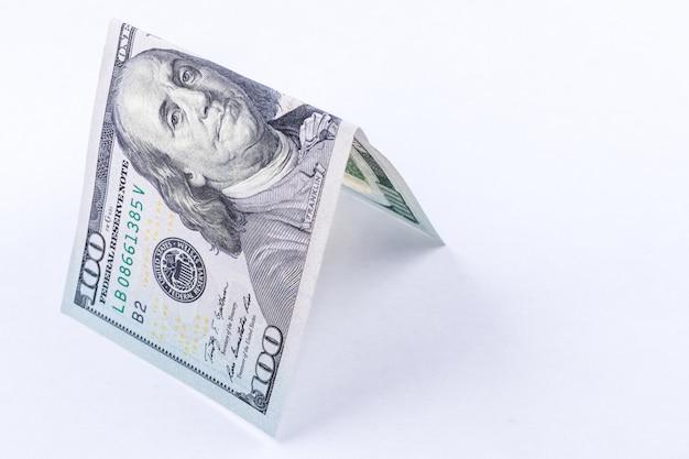 Techo de billete de cien dólares aislado en blanco.