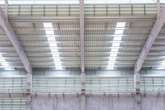 Techo de chapa metálica y estructura de acero en fábrica