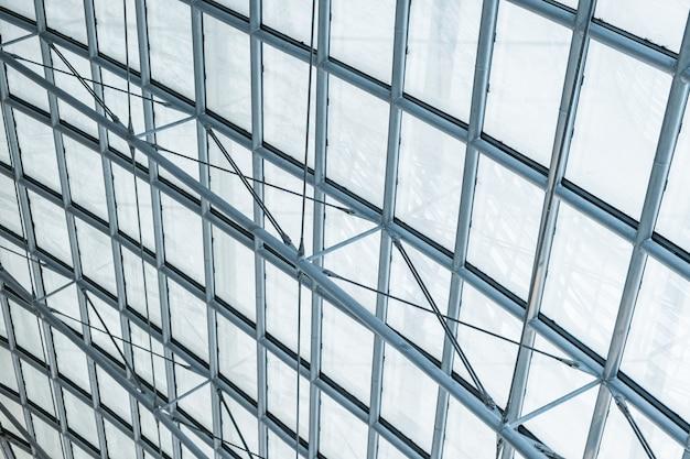 Techo curvado de vidrio transparente de acero estructural.