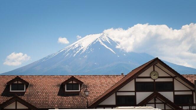Techo de la estación de tren y autobús de kawaguchiko con el monte fuji en el fondo