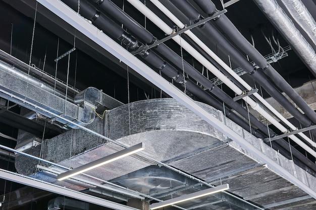 Techo de un edificio industrial con diversas estructuras técnicas y comunicaciones.