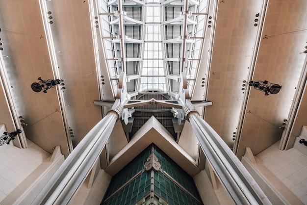 Techo de estructura super viga con vidrio de ventana dentro del rascacielos taipei 101.