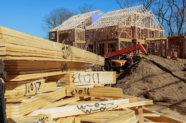 Techo de madera visto desde el interior de la nueva casa mirando al cielo azul arriba