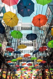 Techo de paraguas de colores