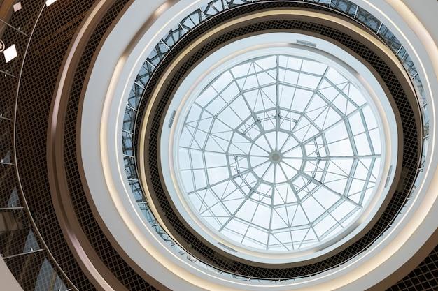 Techo redondo de vidrieras, diseño de simetría en la arquitectura del centro comercial