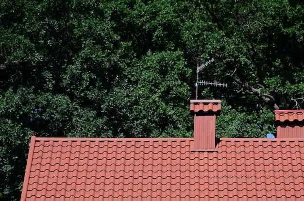Techo de tejas metálicas rojas de alta calidad de una casa