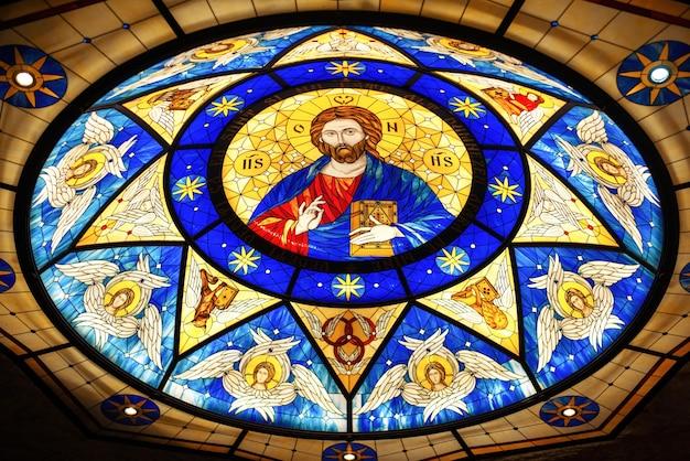 Techo de vidrieras en una iglesia con la imagen de jesús